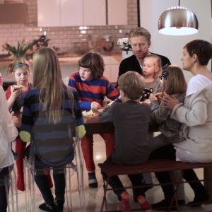Familjen Wikstrand-Österman fikar hemma hos familjen Sundblom-Lindberg.