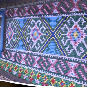 Olga Kostina täcker husväggen med plastkorkar