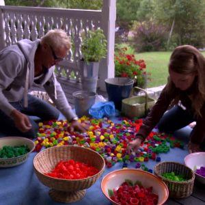 Lee och Jim sorterar plastkorkar enligt färg
