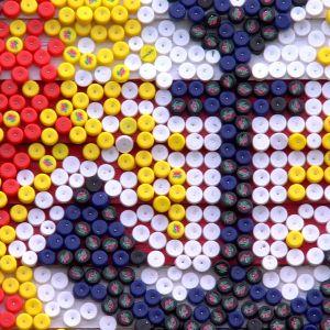 Ett ankare av plastkorkar i många färger