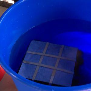 Skölj tygerna i vatten.