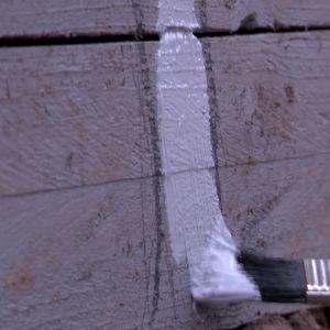 Jim och Camilla målar en konstgjord stengrund