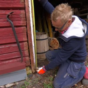 Jim mäter upp för ny dörr.