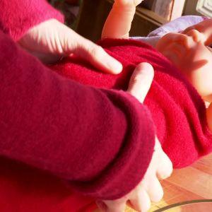 Linda en filt eller pläd kring bebisen
