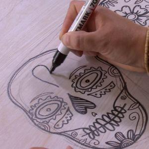 Camilla ritar dödskallar.