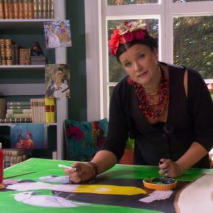 Camilla målar en tavla inspirerad av Frida Kahlo