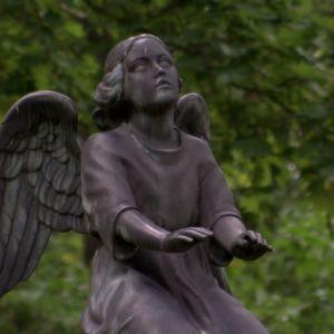 Ängel på kyrkogård