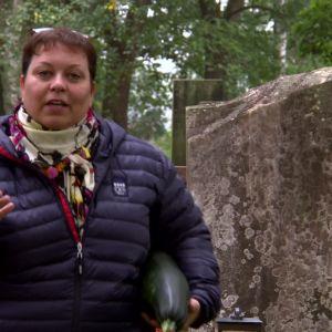 Elisabeth Morney på kyrkogård