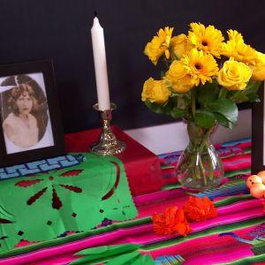 Fotografier av avlidna släktingar pryder altaret.