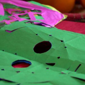 Dödsskallar i papper hör till firandet.