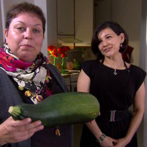Elisabeth hedrar mammas minne med en grönsak