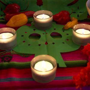 Ljus och dödsskallar på altaret.