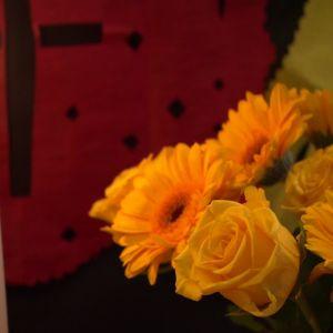 Blommor och ljus hör till firandet.