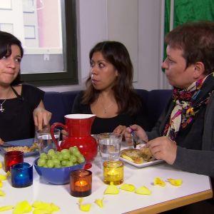 Itzel, Irma och Elisabeth äter minnesmåltid.
