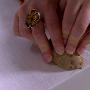 Tryck potatisen på tyget.