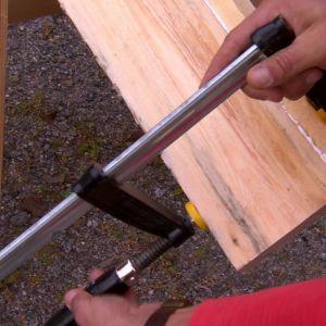 Skruva loss stöden när bräderna är fastskruvande.