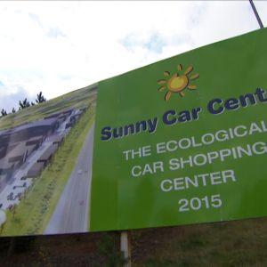 Sunny Car Centerin tontille Hämeenlinnaan on noussut vain mainospylväs.