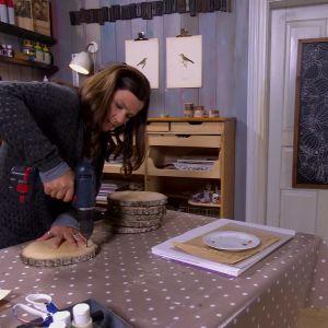 Camilla borrar hål i stockramen.