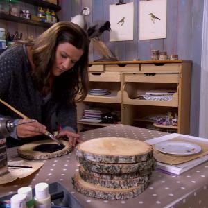 Camilla målar ramen svart.