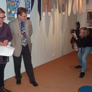 Västra Nylands fotograf Lina Enlund fotograferar föremålsforskare Lena Dahlberg och museichef Dan Lindholm.