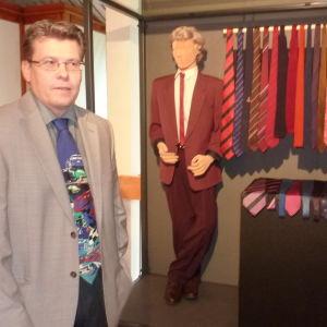 Museichef Dan Lindholm och Ralf Fribergs kravatter från 1980-talet.
