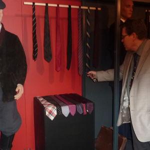 Dan Lindholm ser på kravatter från 1950-talet.