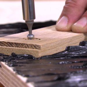Limma och skruva fast stavarna.