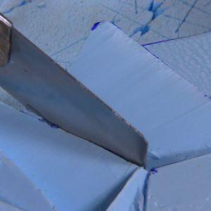 Polystyrenet formas med en mattkniv.