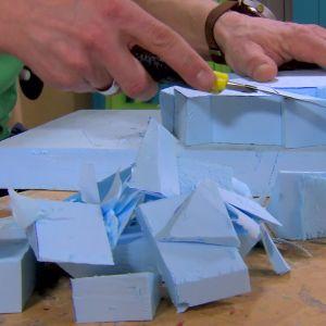 Jim gör en takrosett av polystyren.