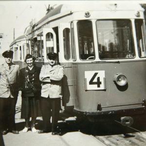 Margit Tall raitiovaunun rahastajana työkavereiden kanssa.