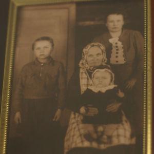 Elsa Kirveskarin perhe.