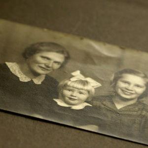 Ritva Joutjärvi äitinsä ja sisarensa kanssa.