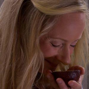 Alexandra doftar på en avokado.