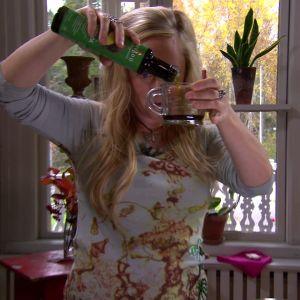 Alexandra häller upp avokadoolja.