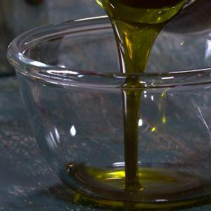 Avokadooljan är grön av klorofyll.