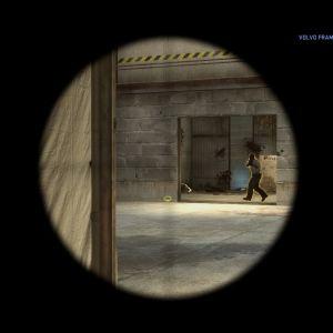 Pelaaja tähtää tarkkuuskiväärillä Counter-Strike Global Offensive -pelissä