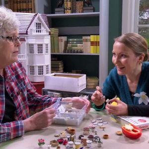 Elisabeth och Lee pratar om böcker i miniatyr.