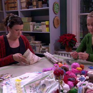 Camilla och Lee julpysslar i biblioteket.
