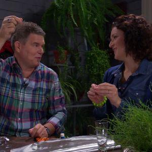Owe och Anne gör silverklockor.