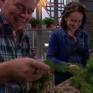 Owe och Anne klipper granris till girlanger.