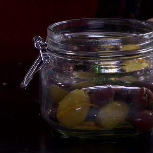 Fyll burken med oliver.