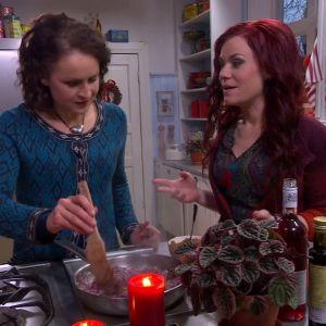 Anne och Ella kokar rödlöksmarmelad.