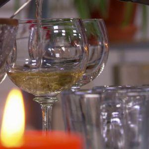 Vin hälls upp glas.
