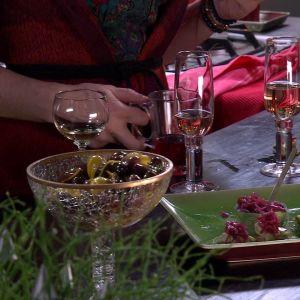 Marinerade oliver och rödlöksmarmelad.