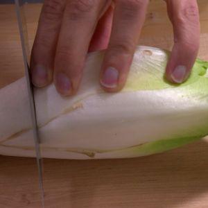 Skär av salladens ända.
