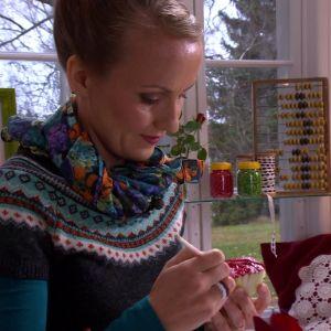Lee penslar textilfärg på salladsändan.