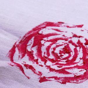 Rosenmönster av kinakål på tyg.