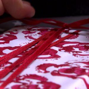 Presentpapper med rosor