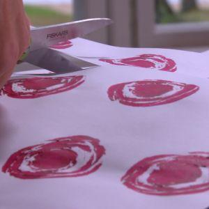 Lees presentpapper med rosor.