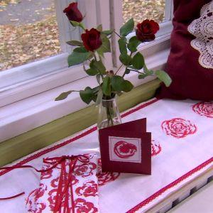 Julkort, present och löpare med rosenmönster.